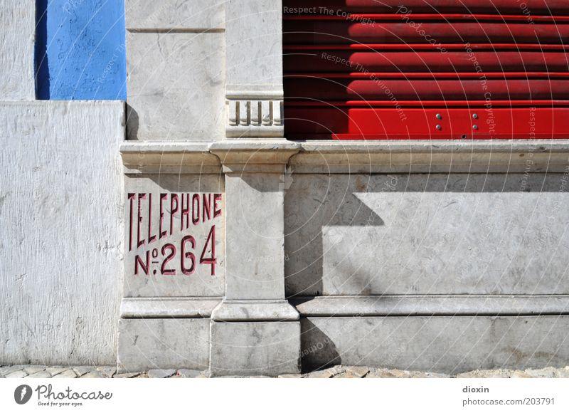 TELEPHONE N°. 264 blau rot Haus Wand grau Mauer Gebäude Architektur Telefon Europa Kommunizieren Telekommunikation Kontakt Verbindung Bauwerk
