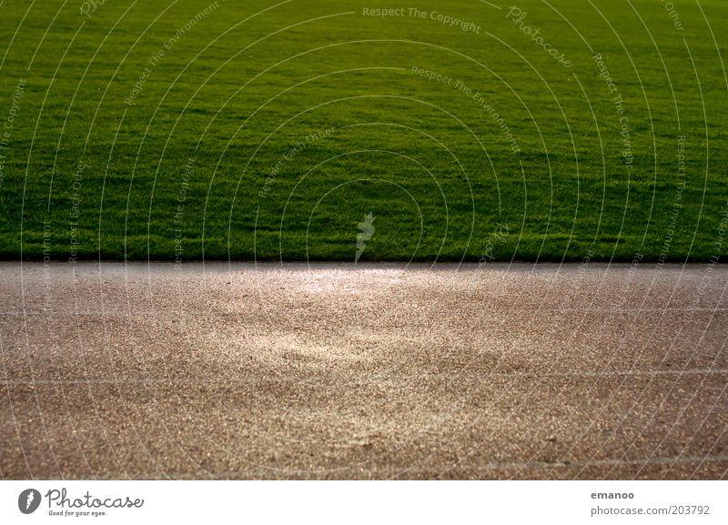 Rasen grün Gras Regen Linie nass Platz Sportrasen Rennbahn Fußballplatz Sportplatz Tartan Sportstätten Laufbahn Spielfeldbegrenzung