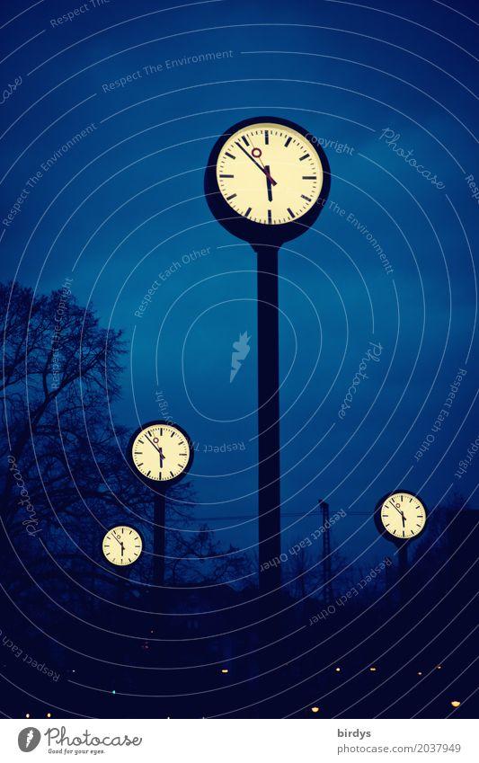 Uhrenvergleich Kunst Nachthimmel Baum Düsseldorf Menschenleer Sehenswürdigkeit Uhrenzeiger Ziffern & Zahlen leuchten außergewöhnlich hoch rund blau schwarz weiß