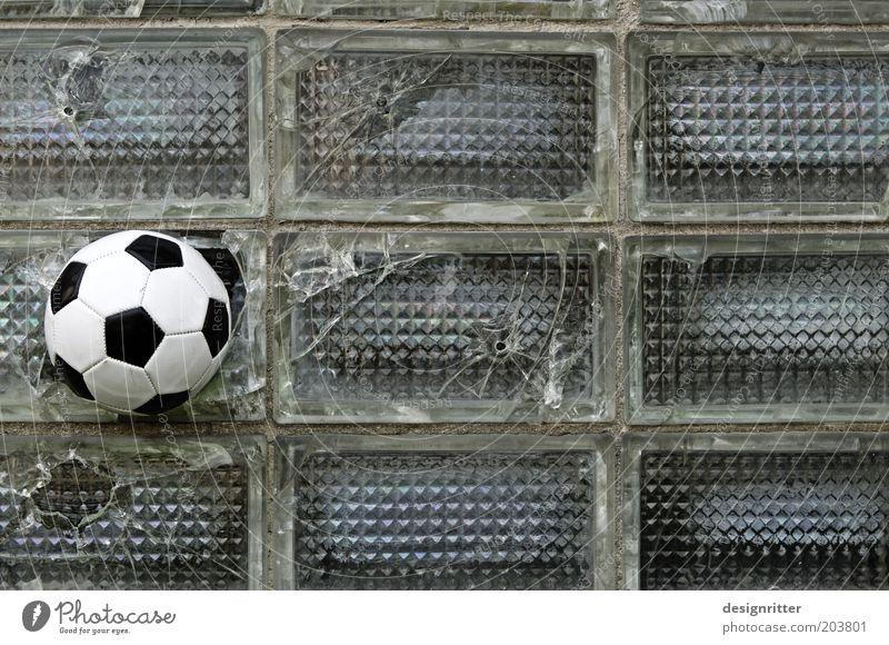 VOLLTREFFER!!! Ballsport Fußball Torschuss Fenster Glasbaustein Euphorie Kraft Willensstärke Wut Ärger Feindseligkeit Aggression Gewalt Übermut Zerstörung
