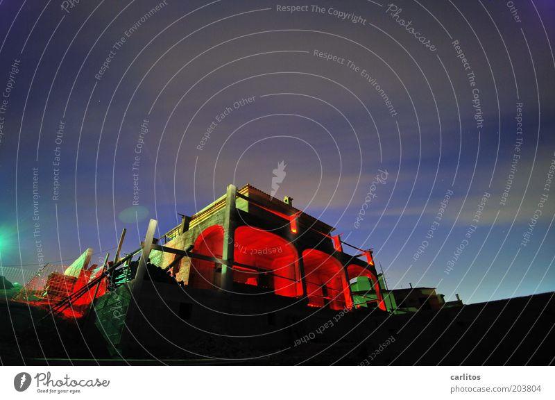 Baustelle Himmel blau rot Haus Farbe dunkel Gebäude Wärme Perspektive Nachthimmel einzigartig geheimnisvoll leuchten Balkon Kreativität