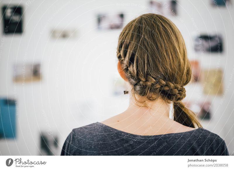 Hinterkopf einer Frau mit Zopf Vor der Bilderwand mit Fotos Haare & Frisuren Wohnzimmer Mensch feminin Mädchen Junge Frau Jugendliche Erwachsene 1 18-30 Jahre