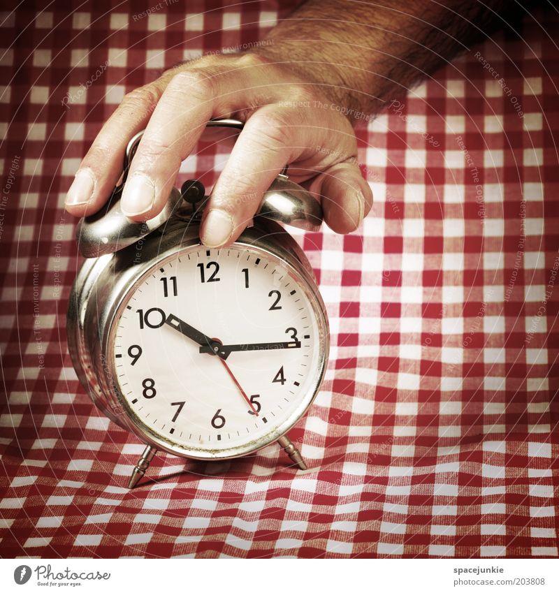 Time Mann Hand weiß rot Zeit Finger Uhr berühren Müdigkeit Decke kariert spät drücken Krach aufwachen