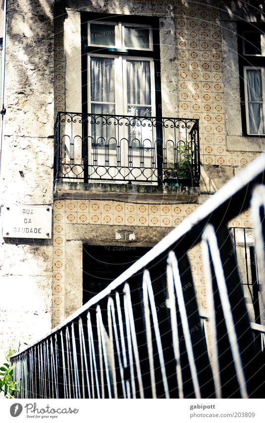 Zimmer mit Aussicht Lissabon Portugal Stadt Altstadt bevölkert Architektur Balkon Fenster Tür Gardine Geländer Fliesen u. Kacheln Sehenswürdigkeit alt