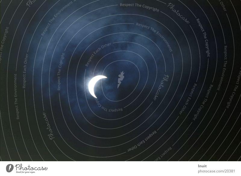 Sonnenfinsternis 1999 (01) Wolken Astronomie Himmel Hintergrundbild Textfreiraum rechts Textfreiraum unten Textfreiraum oben Gegenlicht Astrofotografie