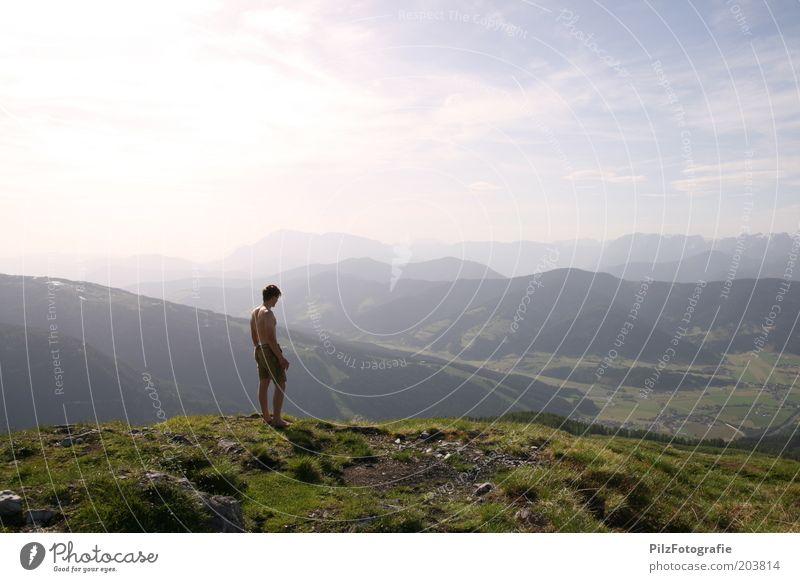 Heimweh Mensch Himmel Natur Jugendliche grün Ferien & Urlaub & Reisen Sommer Erwachsene Erholung Umwelt Wiese Landschaft Berge u. Gebirge Zufriedenheit Felsen