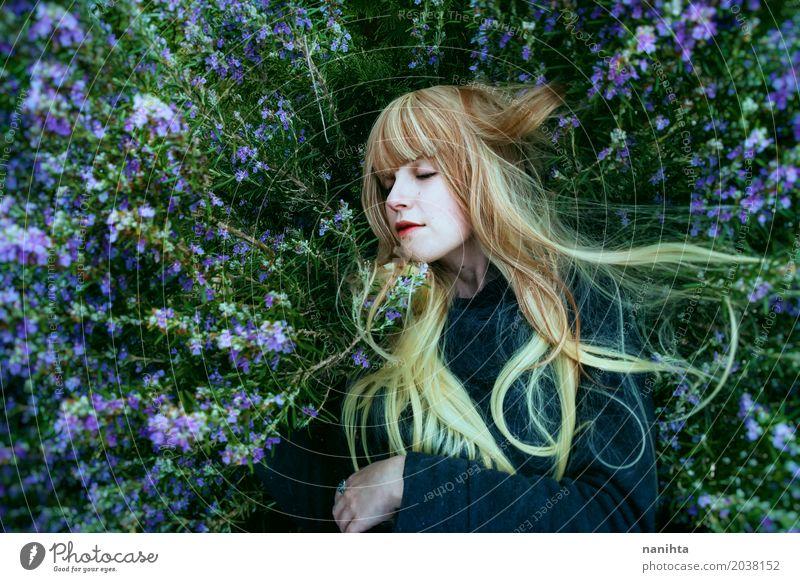 Junge blonde Frau, die über Rosmarinbusch liegt Mensch Natur Jugendliche Pflanze Junge Frau schön 18-30 Jahre Erwachsene Umwelt Lifestyle Blüte Frühling