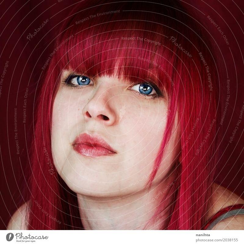 Junge Frau mit rosa Haaren und blauen Augen feminin Jugendliche Kopf 1 Mensch 18-30 Jahre Erwachsene Haare & Frisuren rothaarig außergewöhnlich Coolness