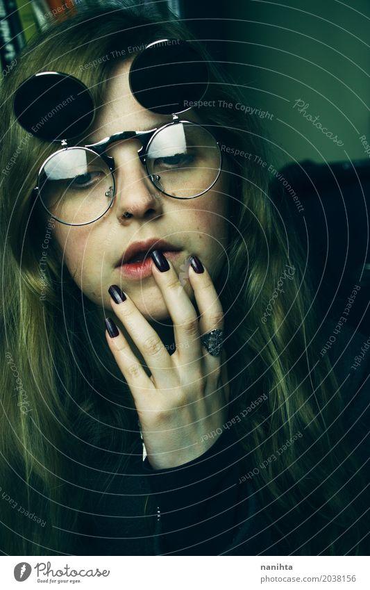 Traurige Frau der jungen Schönheit mit Retro- Gläsern Lifestyle schön ruhig feminin Junge Frau Jugendliche 1 Mensch 18-30 Jahre Erwachsene Kunst Accessoire Ring