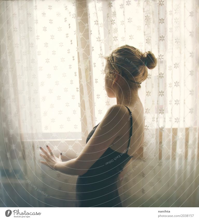 Schattenbild einer jungen Frau nahe Vorhängen eines Weinleses und einem Fenster Mensch Jugendliche Junge Frau schön Erholung Einsamkeit ruhig 18-30 Jahre