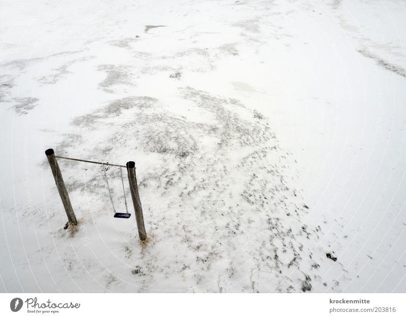 eisige Kindheit Landschaft Winter schlechtes Wetter Schnee schaukeln Einsamkeit Schaukel Eis Holzpfahl kalt Spielplatz Vogelperspektive weiß Farbfoto