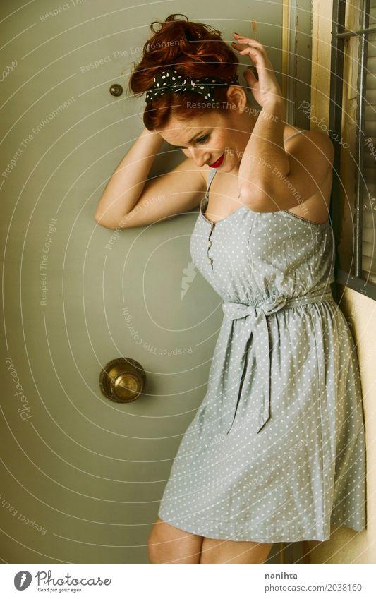 Junge Rothaarigefrau mit Stift herauf Auftritt Lifestyle elegant Stil schön feminin Junge Frau Jugendliche 1 Mensch 18-30 Jahre Erwachsene Fenster Tür Mode