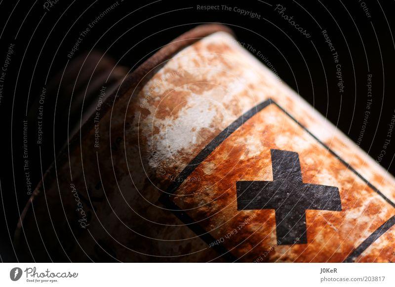 Achtung giftig! Dose Rost Zeichen Schriftzeichen Hinweisschild Warnschild alt dreckig dunkel braun schwarz gefährlich Umweltverschmutzung Farbfoto Innenaufnahme