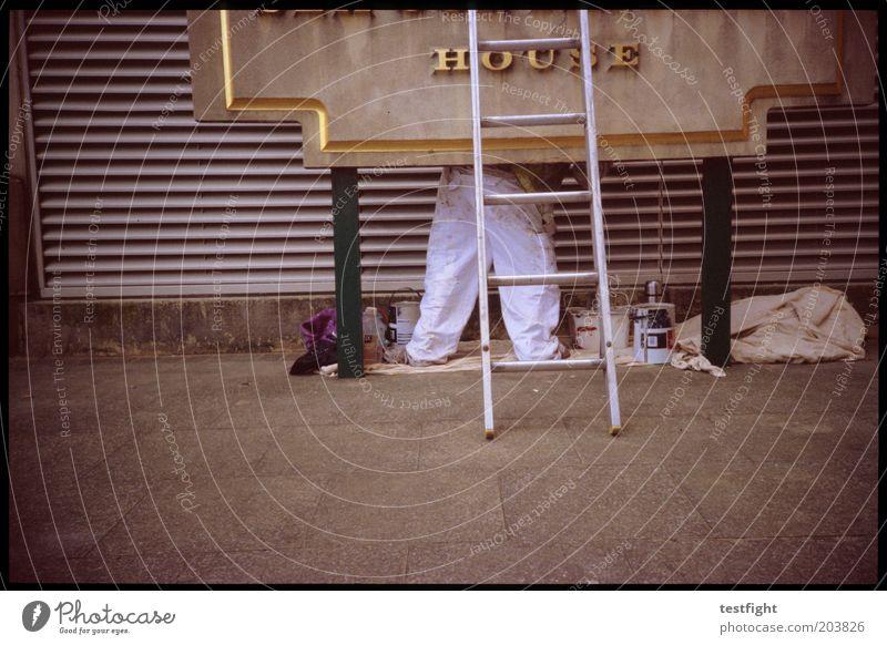 arbeit Anstreicher Mensch 1 Haus Bauwerk Gebäude Arbeit & Erwerbstätigkeit authentisch Leiter Renovieren Farbfoto Außenaufnahme Lomografie Werbeschild