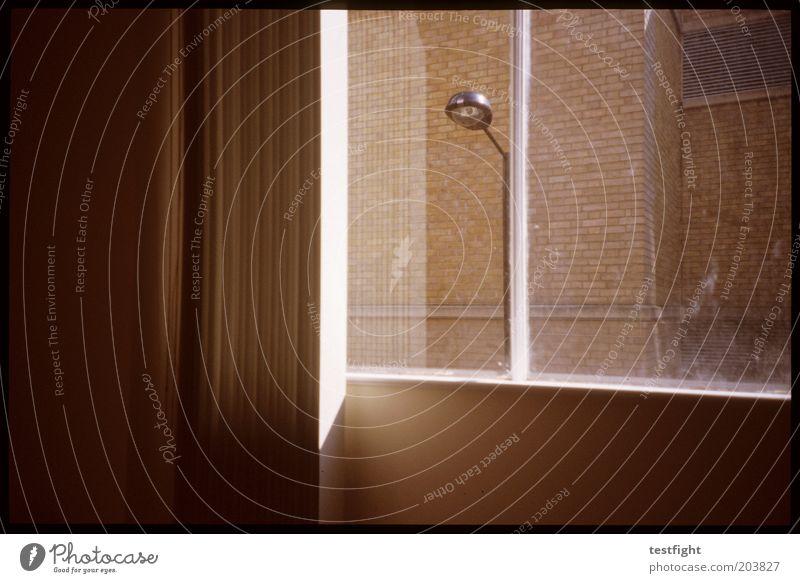hotelzimmer Haus Fenster Gebäude Beleuchtung Architektur trist authentisch Hotel Laterne Vorhang Straßenbeleuchtung Brandmauer Hotelzimmer Fensterblick