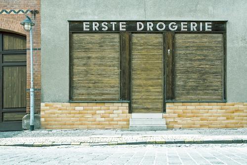 Dicht Arbeit & Erwerbstätigkeit Arbeitsplatz Handel Arbeitslosigkeit Kleinstadt Fußgängerzone Haus Fassade Straße Schriftzeichen alt authentisch Stadt