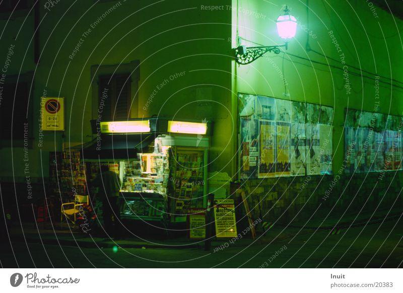 Kiosk Florenz Nacht grün Langzeitbelichtung Zeitung Europa