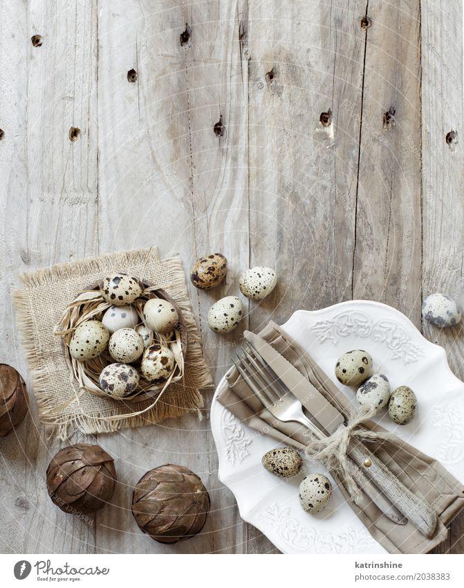 Rustikales Ostern-Gedeck mit Eiern auf einem Holztisch Abendessen Teller Messer Gabel Dekoration & Verzierung Tisch Küche Feste & Feiern alt dunkel retro grau