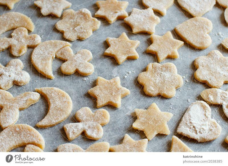 Schließen Sie oben von den Plätzchen vor Ofen auf einem Papier Teigwaren Backwaren Dessert Küche Herz machen backen Bäckerei Biskuit Keks Essen zubereiten