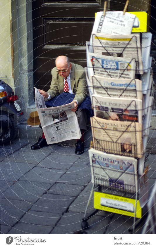 Zeitungsleser Mann sitzen lesen Zeitung Italien Toskana Literatur Florenz
