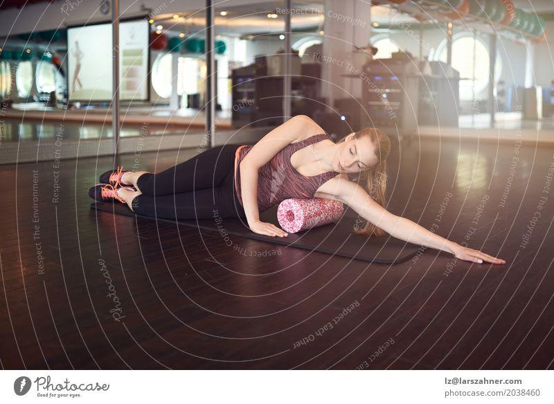 Frau mit Schaumstoffrolle Mensch Jugendliche 18-30 Jahre Erwachsene Sport Textfreiraum blond Aktion Lächeln Fitness Spiegel Entwurf Muskulatur üben Physis