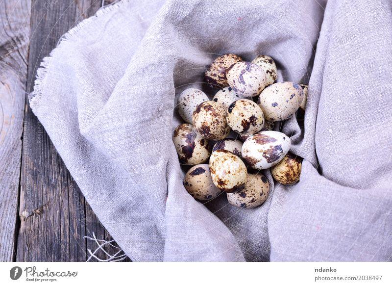 Gruppe Wachteleier in einer grauen Textilserviette Essen natürlich Holz klein braun oben frisch Tisch Ostern Bauernhof Frühstück Tradition Diät Konsistenz