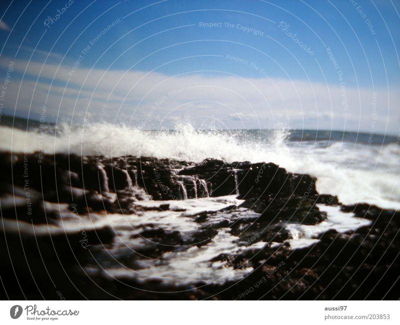 Gewalten Meer Brandung Küste Wellen Sturm Menschenleer Naturgewalt Gischt Blauer Himmel weiß