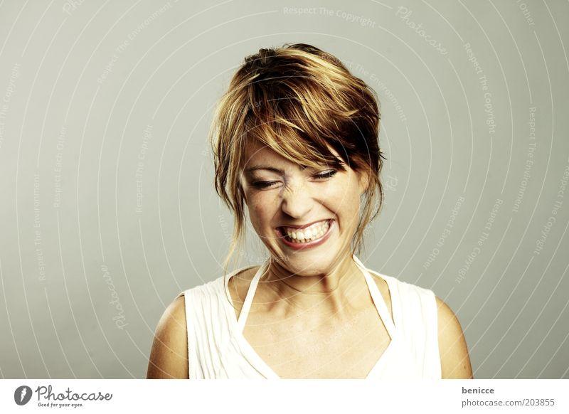 grrr Frau Mensch Porträt Zähne Gebiss Schmerz Grimasse Gesichtsausdruck Lächeln Verzweiflung schreien Wut sauer geschlossen