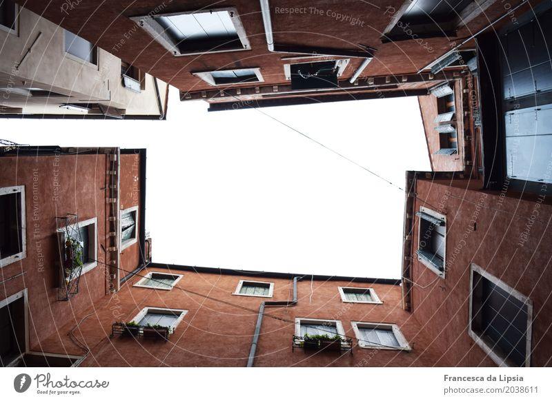 Refugium Ferien & Urlaub & Reisen rot Erholung Haus ruhig dunkel Architektur kalt Wand Mauer Tourismus oben Fassade Europa hoch Italien