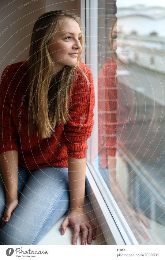 . Raum feminin Junge Frau Jugendliche 1 Mensch Industrieanlage Fenster Jeanshose Pullover blond langhaarig beobachten Lächeln Blick sitzen Freundlichkeit schön