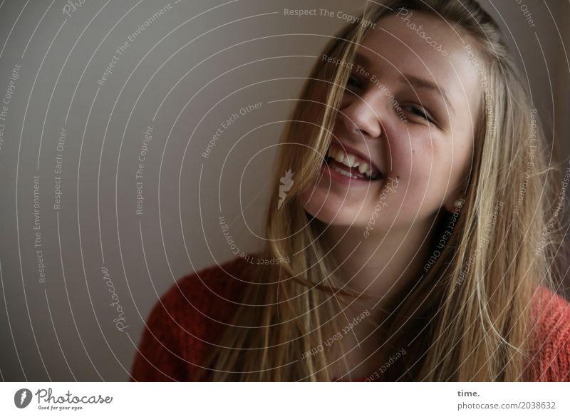 . feminin Junge Frau Jugendliche 1 Mensch Pullover blond langhaarig beobachten lachen Blick Freundlichkeit Fröhlichkeit Glück schön Freude Lebensfreude