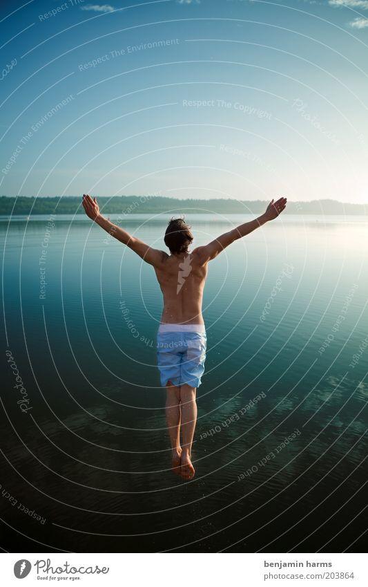 kawabunga!!! Mensch Natur Jugendliche Sommer Meer Freude Erwachsene Ferne Freiheit Glück springen See Körper Schwimmen & Baden Arme außergewöhnlich