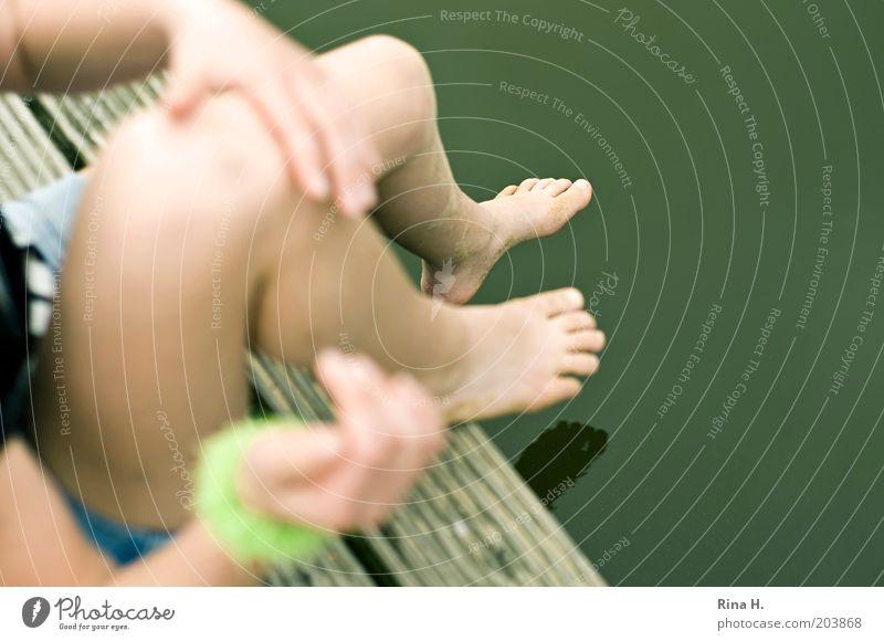 Sandige Füße Wasser Hand grün Ferien & Urlaub & Reisen Sommer Freude See Beine Fuß sitzen Schwimmen & Baden Ausflug Fluss Steg Sommerurlaub Barfuß