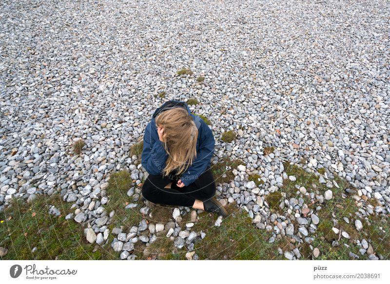 Thinking. Mensch Natur Jugendliche Junge Frau Landschaft Einsamkeit ruhig 18-30 Jahre Erwachsene Umwelt Traurigkeit Gefühle feminin Haare & Frisuren grau Stein