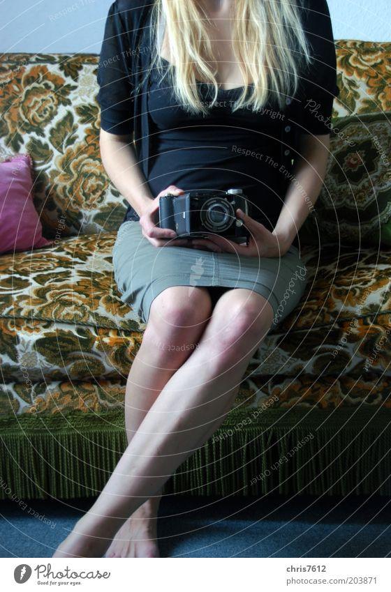 Miss X Mensch Jugendliche alt feminin Beine blond Erwachsene Arme sitzen retro Fotokamera Sofa analog Rock Fotograf Nostalgie