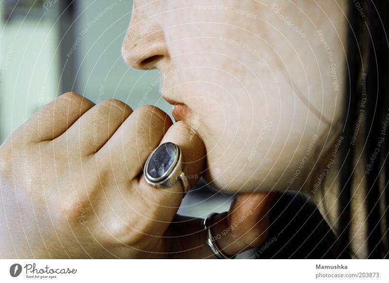 Susi Hand blau ruhig feminin Kopf Denken natürlich Coolness nachdenklich Ring Silber Junge Frau geduldig Kinn diszipliniert