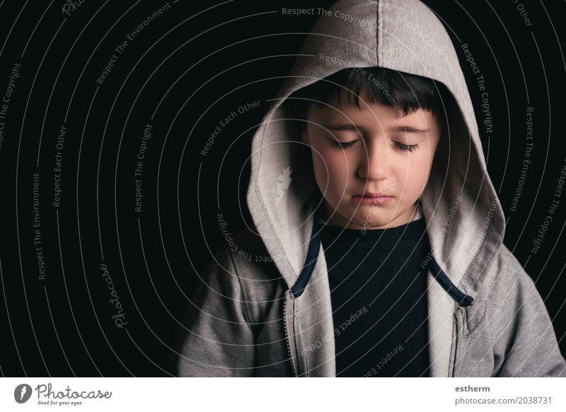 Trauriger Junge auf schwarzem Hintergrund Kind Kopf 1 Mensch 3-8 Jahre Kindheit Pullover schwarzhaarig Traurigkeit Sorge Trauer Schmerz Einsamkeit schuldig Reue