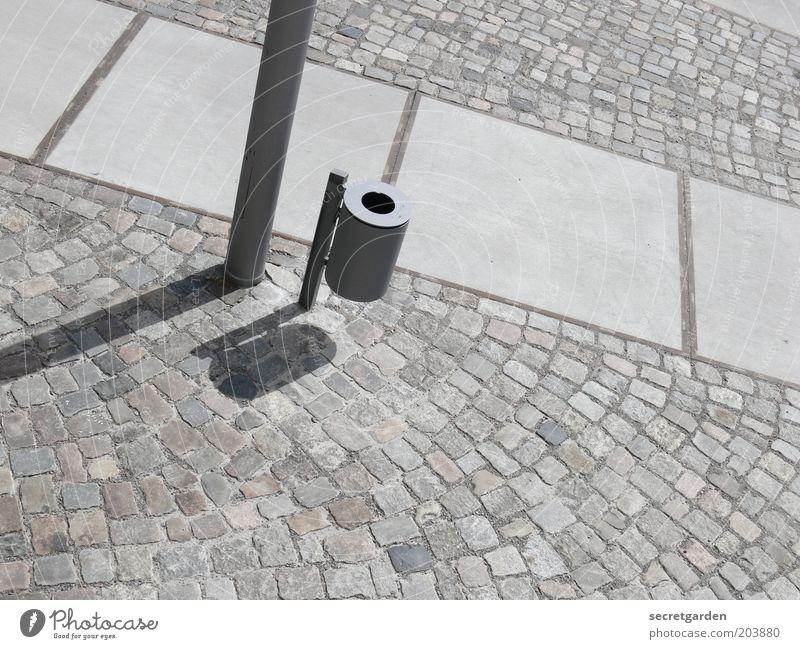 auf die schiefe bahn gekommen. Fußgängerzone Platz Wege & Pfade Stein Beton Stahl Linie grau Perspektive Umweltschutz Stadt schiefe Bahn Müllbehälter