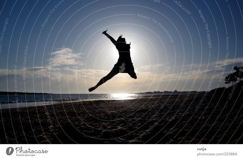 Luftsprung Frau Himmel Wasser Sonne Ferien & Urlaub & Reisen Meer Sommer Strand Freude Erwachsene Freiheit Bewegung Glück springen Zufriedenheit