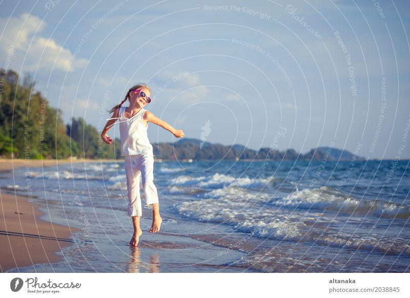 Tanzen des kleinen Mädchens auf dem Strand zur Tageszeit Mensch Kind Frau Natur Ferien & Urlaub & Reisen Sommer schön Sonne Meer Erholung Freude Erwachsene