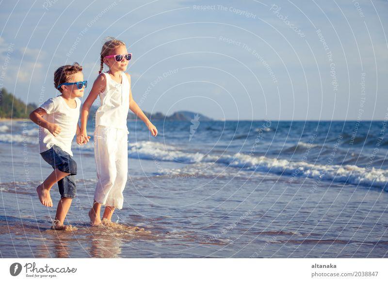 Mensch Kind Natur Ferien & Urlaub & Reisen Sommer Sonne Hand Meer Erholung Freude Strand Lifestyle Gefühle Sport Familie & Verwandtschaft Spielen