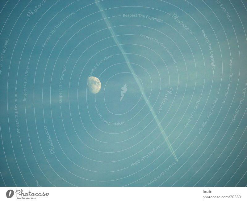 Kondensstreifen Himmel blau Wolken Flugzeug Mond