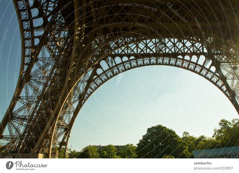 Eiffelturm, Paris, Frankreich Himmel Sommer Ferien & Urlaub & Reisen Reisefotografie Stahl Wahrzeichen Konstruktion Eisen Bogen Strebe Torbogen Niete