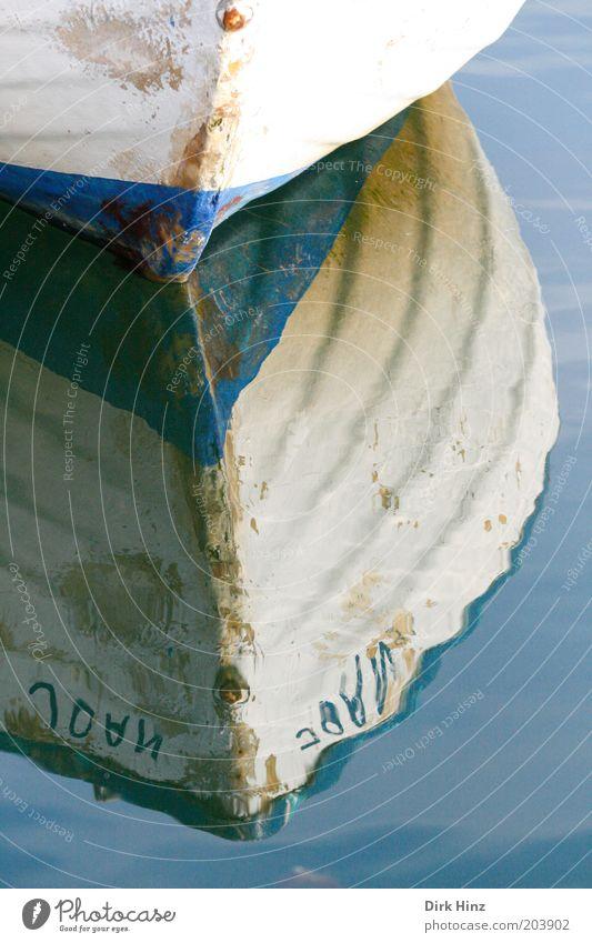 Dänisches Fischerboot Natur alt blau Wasser weiß ruhig Umwelt Gefühle Küste Linie glänzend Tourismus Idylle Perspektive Im Wasser treiben Gelassenheit