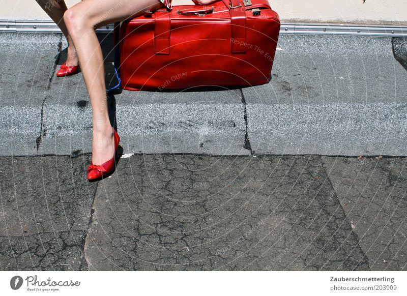 Flug verpasst Ferien & Urlaub & Reisen Sommer Junge Frau Einsamkeit rot Erotik feminin Beine Stimmung Fuß Tourismus sitzen warten Ausflug Neugier Sehnsucht