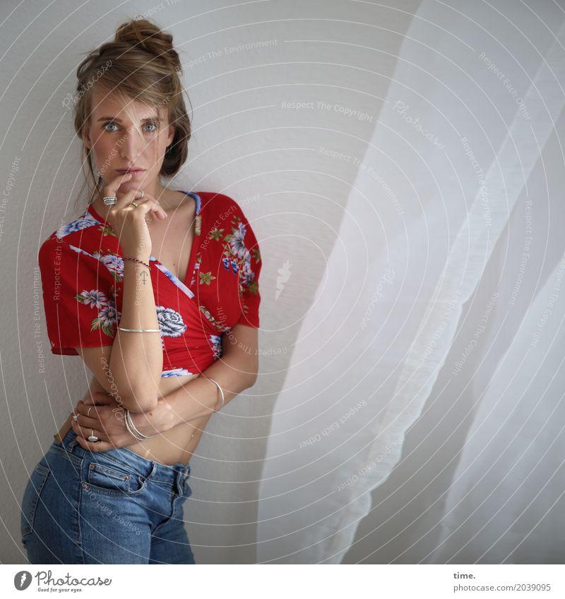 . Raum Vorhang feminin Frau Erwachsene 1 Mensch Hemd Jeanshose Schmuck blond langhaarig Zopf beobachten festhalten Blick stehen Neugier schön selbstbewußt