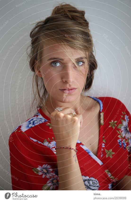. feminin Frau Erwachsene 1 Mensch Hemd Tattoo Armband Haare & Frisuren blond langhaarig Zopf beobachten Blick schön wild selbstbewußt Coolness Willensstärke