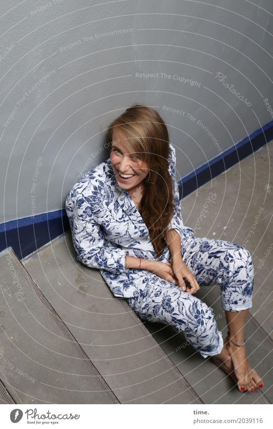 . Treppenhaus feminin Frau Erwachsene 1 Mensch Hose Anzug Jacke Barfuß blond langhaarig beobachten lachen Blick sitzen Fröhlichkeit schön Zufriedenheit