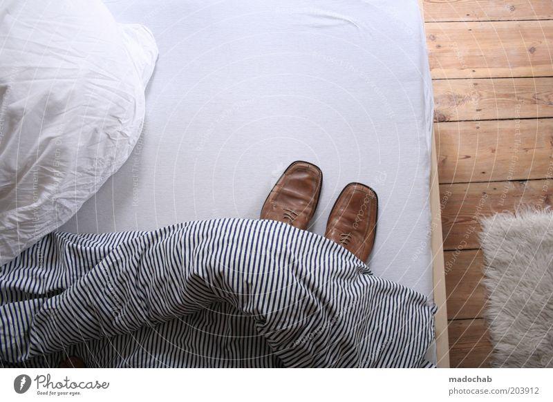 aha Schuhe Raum Wohnung Lifestyle Bett Kitsch Häusliches Leben geheimnisvoll Innenarchitektur skurril bizarr Decke Schlafzimmer Bettwäsche Bettdecke Dielenboden