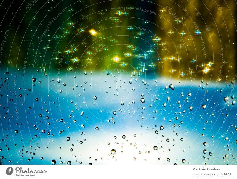 Regen blau Fenster glänzend Wassertropfen nass gold Tropfen Fensterscheibe Blauer Himmel Glasscheibe Lichtpunkt Leuchtkraft